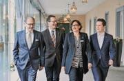 Die FDP Thurgau schreitet voran: Nationalrat Hermann Hess, Kantonalpräsident Walter Schönholzer, Flandrina von Salis, Mitglied der Parteileitung, und Marcel Schuler, Vorstand der Jungfreisinnigen, im Eingangsbereich der Klinik Schloss Mammern. (Bild: Donato Caspari)