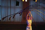 Auch Marula, die jüngste Tochter von Mädir Eugster, probt die «Sanddornbalance» ihres Vaters und hofft auf ein Engagement beim Cirque du Soleil. (Bilder: Michael Hug)