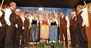 Der Jodelklub Alvier, Leitung Timo Allemann (ganz rechts), bei der diesjährigen Unterhaltung im Seveler Gemeindesaal. (Bilder: Adi Lippuner)