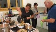 Bei der Zubereitung der thailändischen Speisen wurde die Kursleiterin aktiv unterstützt…
