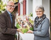 Martin Imboden, Gemeindepräsident von Wuppenau, überreicht Sylvia Schweizer das Präsent. (Bild: Reto Martin)