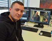 Fernsehproduzent Christian Masina am Arbeitsplatz, wo er gestern die besten Szenen von Roger Nater auswählte. (Bild: Roger Fuchs)