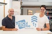 Roland Geiger und Lukas Zogg stehen hinter der Tischmesse in der Bitzihalle. (Bild: Thi My Lien Nguyen)