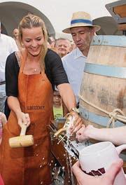 Stephanie Haag zapft das erste Fass der diesjährigen Hofchilbi an.