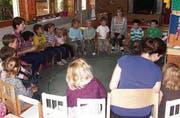 Im Kreis: Die Kinder im Montessori-Kinderhaus mit den Leiterinnen. (Bild: pd)