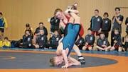 Der Ringerclub Oberriet-Grabs zeigte sich von der besten Seite: Samuel Vetsch setzt seinem Gegner zu. (Bild: PD)