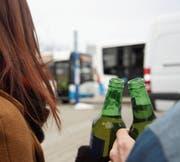 Alkoholisierte Personen auf dem Bahnhofplatz Wil sind ein Ärgernis. (Bild: Simon Dudle)