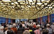 Pfarrer Arno Stöckle predigt vor den Besuchern im gut besetzten Saal der «Arenenberg». (Bild: Margrith Pfister-Kübler)