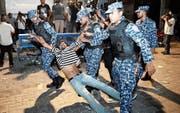 Polizisten führen einen Anhänger der Opposition in der maledivischen Hauptstadt Malé ab. (Bild: Mohamed Sharuhaan/AP (2. Februar 2018))