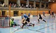 Einfach schneller: Fabian Grässli fegt leichtfüssig mit dem Ball an der Kelle an seinen Gegnern vorbei. (Bild: Miriam Küpper)