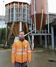 Werkleiter Remo Städler vor dem 75-Tonnen-Holzsilo – noch gut mit Salz gefüllt. (Bild: Jolanda Riedener)