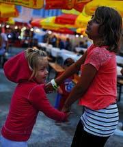 Nach dem Regen tanzen zwei Mädchen auf der freien Bühne. (Bild: Nana do Carmo)