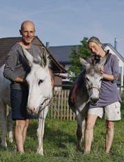 Für Carlo (mit Alba) und Helena (mit Toni) sind die beiden Esel mehr als nur Lastenträger auf ihrer Reise. (Bild: Manuel Nagel)