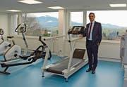 Direktor Peder Koch ist stolz auf die grossen und komplett neu eingerichteten Physiotherapieräumlichkeiten in der Rehabilitationsklinik. (Bild: Karin Erni)