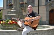 Der Thurgauer Solokünstler Manfred Fries singt auf dem Rathausbrunnen in seinem geliebten Weinfelden. (Bild: Mario Testa)
