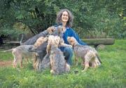 Hundezüchterin Monika Aliesch hofft, dass es in der Schweiz in absehbarer Zeit 20 bis 30 Otterhounds geben wird. (Bild: Urs Bucher)