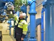 Wasserwart Willi Meienberger stellt im Pumpwerk Gugl in Märstetten einen Schieber um. Es ist eine von zwei Wasserfassungen der Regionalen Wasserversorgung Mittelthurgau. (Bild: Mario Testa (Archiv))