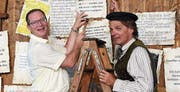 Eric Wehrlin als Martin Luther schlägt unter Mithilfe von Regierungsrat Walter Schönholzer die Pergamente an die fiktive Türe der Schlosskirche zu Wittenberg. (Bild: Yvonne Aldrovandi-Schläpfer)
