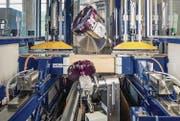 Die neuartige Maschine kann Holzbauteile von mehreren Seiten gleichzeitig bearbeiten und produziert daher sehr schnell. (Bild: PD)