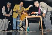 Gewaschenes Geld trocknen: Szene aus «Das Beste zum Feste» des Comedyexpresses an der Bildungsstätte Sommeri, rechts Olli Hauenstein. (Bild: Reto Martin)