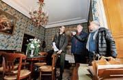 Peter Kubalek, Dominik Gügel und Philipp Leuzinger begutachten die zu renovierenden Zimmer im Napoleonmuseum. (Bild: Donato Caspari)