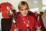 Stolz zeigt Carla de Bortoli ihre bisher gewonnenen Auszeichnungen. Die getönte Brille trägt sie zur Schonung ihrer Augen. (Bild: Gabriela Koller)