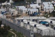 Flüchtlinge im Moria Camp auf der griechischen Insel Lesbos. Mehr als 3000 Menschen befinden sich im Registrierungscamp, sie sollen ab Montag zurück in die Türkei geschickt werden. (Bild: PETROS GIANNAKOURIS (AP))