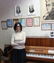 Larissa Cholmowskaja im Klavierzimmer der Musikschule Uglitsch. (Bild: Stefan Scholl (27. Februar 2018))