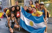 Festlaune: Junge Christen aus Goldach feiern in Madrid mit Gleichgesinnten aus Argentinien. (Bild: Franziska Tobler)