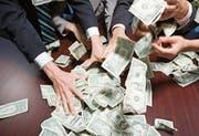 Verlockender Griff nach dem Geld: Im Bankwesen werde einem die Gier anerzogen, sagt Ex-Banker Rudolf Elmer. (Bild: Getty)