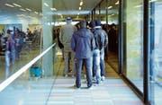Asylbewerber stehen im heutigen Empfangs- und Verfahrenszentrum in Kreuzlingen zum Mittagessen an. (Bild: Reto Martin (16. Januar 2016))