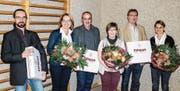 Andrzej Süess, Hedwig Schick, Daniel Sigrist, Lisbeth Koller, Daniel Leu und Silvia Eilinger wurden für ihren Einsatz bei der Erstellung der neuen Website mit Blumen und lokalem Pilgrim-Bier verdankt. (Bild: Anina Brühwiler)