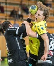 St.-Otmar-Spieler Amadeus John Axel Hedin versucht sich gegen zwei Thuner durchzusetzen. (Bild: Benjamin Manser)