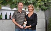 Thomas und Judith Schmid halten den «Schlattinger 2011 AOC Thurgau», der es in den Final des Grand Prix du Vin Suisse schaffte. (Bild: Gjon David)