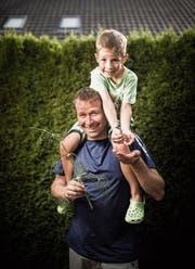 Roland Egli mit Sohn Franco. Seit drei Jahren züchten sie Schwalbenschwanzraupen. (Bild: Benjamin Manser)