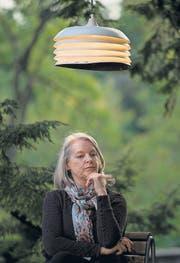Deckenleuchte aus dem Baum: Marlene Streeruwitz im Alten Botanischen Garten Zürich (Bild: ky)