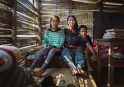 Yashoda K.C. mit ihren Kindern in der nur im Sommer tauglichen Notunterkunft in Bhirkot. (Bild: Benjamin Manser (SRK / Benjamin Manser))
