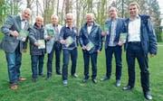 Mitglieder des Nein-Komitees präsentieren ihren Abstimmungsprospekt: Toni Kappeler, Othmar Sauter, Victor Brändli, Thomas Roth, Walter Eisenring, Rolf Thalmann und Karl Kappeler. (Bild: Olaf Kühne)