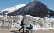 Der Schnee schmilzt. In Davos wurde eine bessere Vorhersage der Schmelze entwickelt, um Hochwasser besser abschätzen zu können. (Bild: ky/Arno Balzarini)