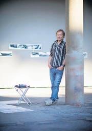 Der Künstler Sven Bösiger mit seiner vierteiligen Installation «Wo» in der Kunsthalle Arbon. (Bild: Mareycke Frehner)