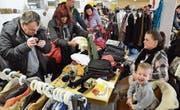 Zahlreiche Besucher stöberten am Sonntag an den Marktständen im Untergeschoss der Turnhalle Bettwiesen. (Bild: Christoph Heer)