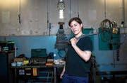 Ausbrüche aus traditionellen Rollenbildern bleiben im heutigen Osteuropa eher Ausnahmen: Automechanikerin aus dem ungarischen Veszprém. (Bild: Bea Kallos/EPA (25. Februar 2016))