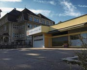 Der Boden, auf dem die leerstehende Bäckerei Sinaci steht, könnte dereinst Platz bieten für eine Erweiterung der direkt nebenan liegenden Primarschule Breite. (Bild: Simon Dudle)