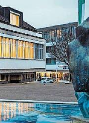 Die 70 Marktstände werden rund ums Rathaus aufgestellt. (Bild: jlo)