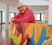 Aurelio Wettstein mit einem seiner Werke beim Einrichten der Ausstellung im Uttwiler «Schiffbau». (Bild: Christof Lampart)