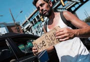 Allgegenwärtiges Drogenelend: Ein Süchtiger bittet um Hilfe. (Bild: Spencer Platt/Getty (Philadelphia, 21. Juli 2017))
