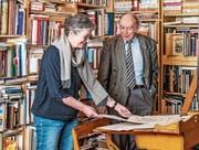 Ina Praetorius und Rainer Stöckli bei der Auswahl der Texte für das Buch. (Bild: Carmen Wüst)