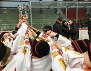 Die EHCKK-Kids jubeln mit dem gewonnenen Pokal der Postfinance Trophy. (Bild: PD)