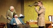 Karl Ulmer als Inspektor Ingo Irre, Walter Dönni als Hausmeister Alfons Moosgruber und Erwin Marchand als Kriminalassistent Walter Denkste. (Bild: PD)