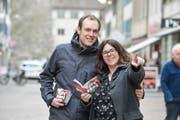Mirco und Dunja Thiel unterwegs in der Frauenfelder Innenstadt, in der Hand das Gutscheinheft. (Bild: Donato Caspari)